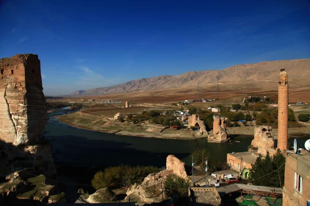 """Solda kalenin """"kral dairesi"""", geride türbe, sağda eski köprü (Fotoğraf: Pınar Koyuncu)"""